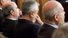 Gaspar Zarrías, José Antonio Griñan y Manuel Chaves en el banquillo del juicio por el caso ERE. (Foto: EFE)
