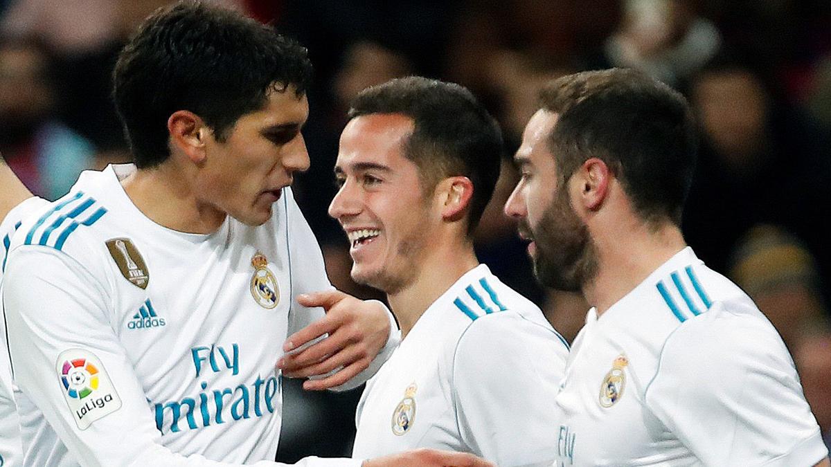 Lucas Vázquez celebra su gol con Vallejo y Carvajal (EFE):