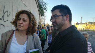 Esther Gómez Morante y Carlos Sánchez Mato a las puertas del CIE de Aluche. (Foto: TW)