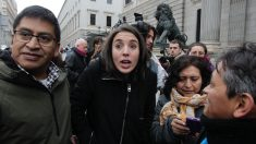 Irene Montero, de Podemos, junto a miembros de la Plataforma Stop Desahucios. (FOTO: Francisco Toledo)