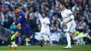 Messi controla un balón ante Sergio Ramos. (AFP)
