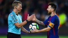 Hernández Hernández y Messi se saludan, tras el Barcelona-Eibar del presente curso (Getty).