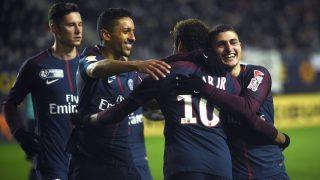 Neymar celebra el gol junto a sus compañeros. (AFP)