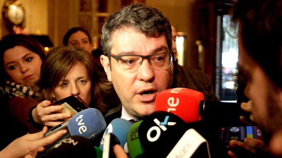 El Ministro de Energía, Turismo y Agenda Digital, Álvaro Nadal, atendiendo a los medios. (Foto: Francisco Toledo)