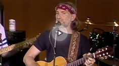 Willie Nelson interpretando en directo su famosa versión de 'Always on my mind'.