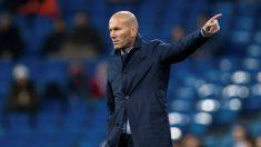 Zinedine Zidane da instrucciones con un Santiago Bernabéu vacío de fondo. (EFE)