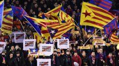 Grada del Camp Nou con esteladas y carteles con proclamas independentistas. (Foto: AFP)
