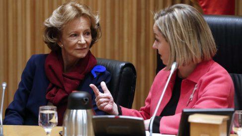 La ex vicepresidenta económica Elena Salgado conversa con la diputada de Coalición Canaria Ana Oramas. (Foto: EFE)