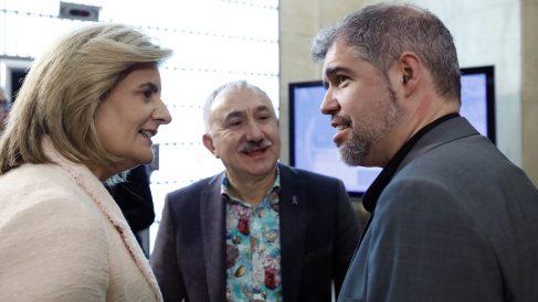 """Fátima Báñez, conversa con los secretarios generales de UGT, Pepe Álvarez (c), y CCOO, Unai Sordo, durante el acto de presentación del libro """"El futuro del trabajo que queremos"""". (Foto: EFE)"""