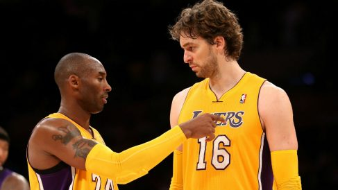 Pau Gasol charla con Kobe Bryant durante su etapa en los Lakers. (AFP)