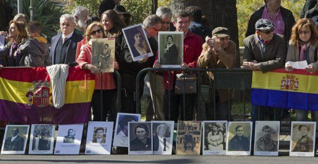 Banderas republicanas en favor de la ley de Memoria Democrática de Andalucía
