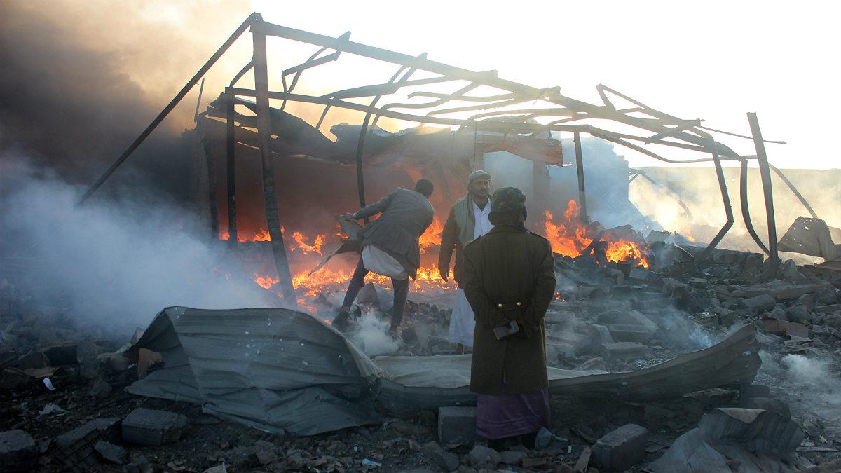 Varios yemeníes buscan entre los escombros tras un ataque de la coalición árabe en la provincia de Saada contra los rebeldes hutíes en Yemen. (AFP)
