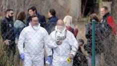 Miembros de la investigación, los abogados y representantes judiciales en la inspeccción ocular de la nave donde fue hallado el cadáver de Diana Quer, en Asados. (Foto: EFE)