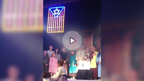 La escena final de la representación navideña que incluye una urna del 1-O.