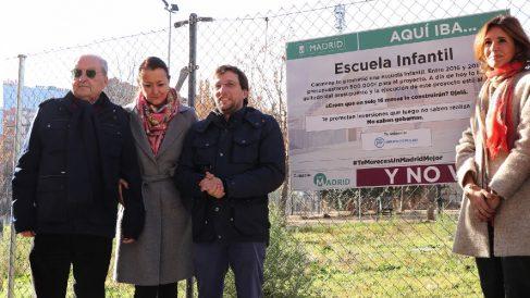 El PP visitando la escuela infantil que debería haber inaugurado Carmena en Arganzuela.