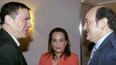 La parlamentaria del PSE, Rafaela Romero, con Arnaldo Otegi (EH Bildu) y Andoni Ortúzar (PNV)