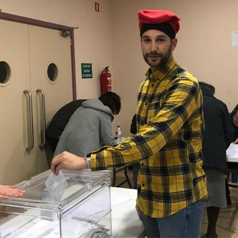 El portavoz de los mossos independentistas votando con barretina