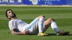 Isco cae tendido sobre el césped en un partido. (AFP)