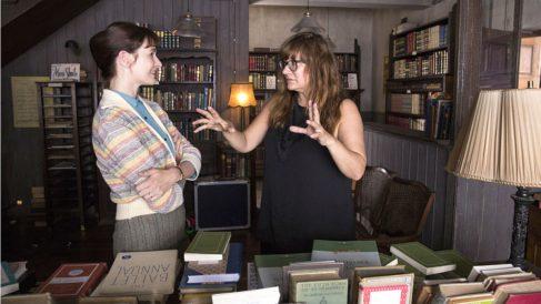 Isabel Coixet, dirigiendo a Emily Mortimer en su película 'La librería'.