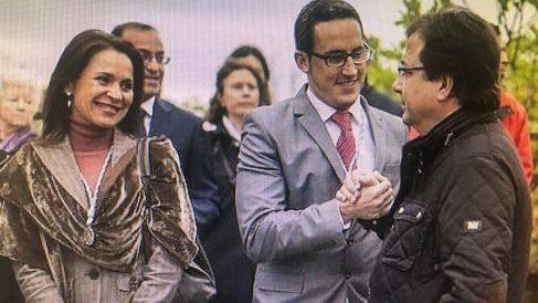 Belén Fernández y su marido saludan efusivamente al presidente extremaño Guillermo Fernández Vara.