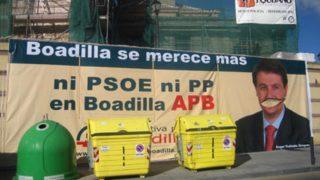 Pancarta que colgó Alternativa Por Boadilla en una iglesia protegida.