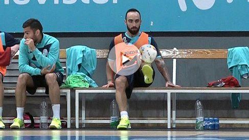 Ricardinho juega con una pelota en el banquillo de Inter. (Foto: Enrique Falcón)