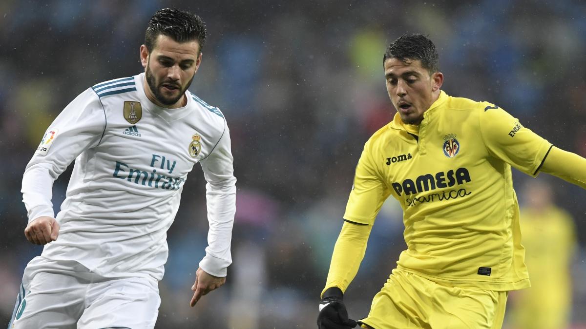 Nacho Fernández disputa un balón con Pablo Fornals (AFP)