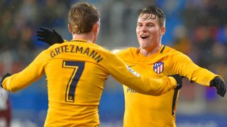 Kevin Gameiro celebra su gol durante el Eibar vs Atlético con Antoine Griezmann (AFP)