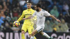 Carvajal disputa un balón en el partido contra el Villarreal. (AFP)
