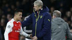 Alexis Sánchez y Wenger se saludan durante un partido de Arsenal. (AFP)