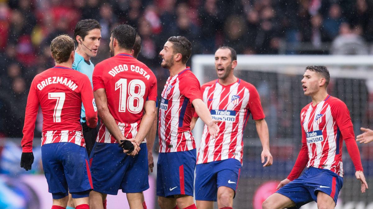 Los jugadores del Atlético protestan una acción al árbitro. (Getty)