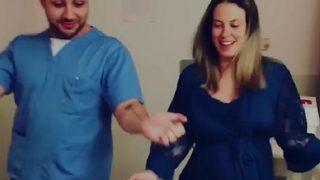 El doctor que es viral por su método de parto