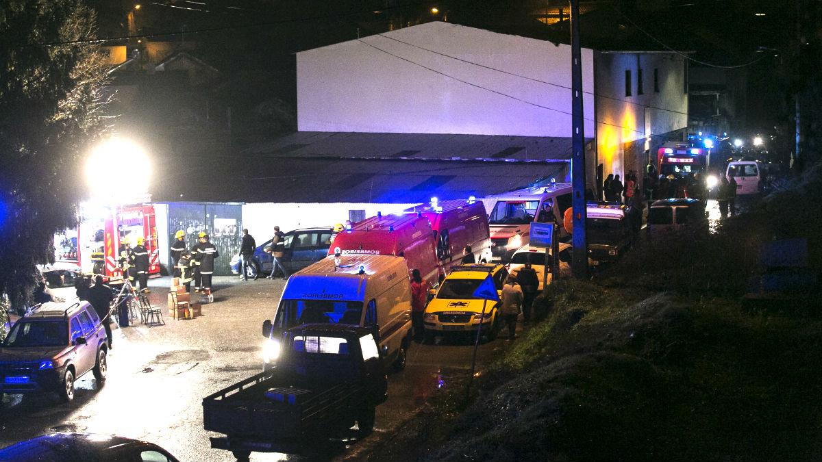 Bomberos y sanitarios en el lugar del incendio (Foto: AFP).