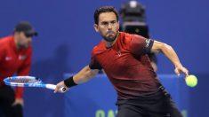 Víctor Estrella devuelve una bola en el torneo de Doha. (AFP)