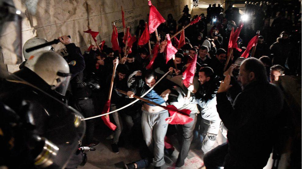 Cargas policiales en Atenas contra jóvenes que protestaban junto al Parlamento por los nuevos recortes. (AFP)