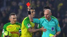 El árbitro del Nantes- PSG muestra la roja a Diego Carlos (AFP)