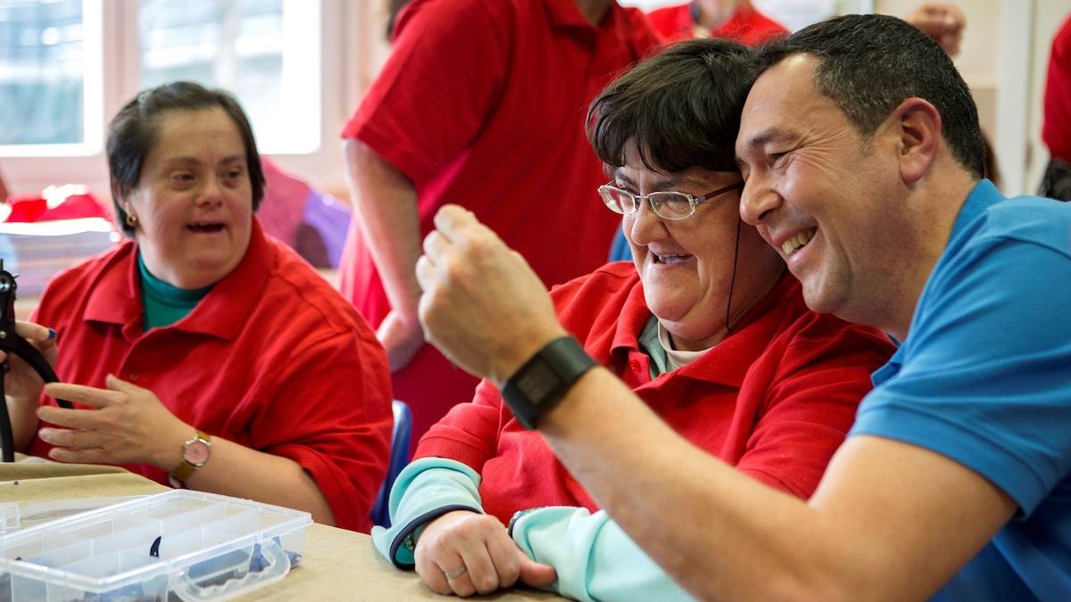 Voluntario trabaja en la «Semana Social» de La Caixa.