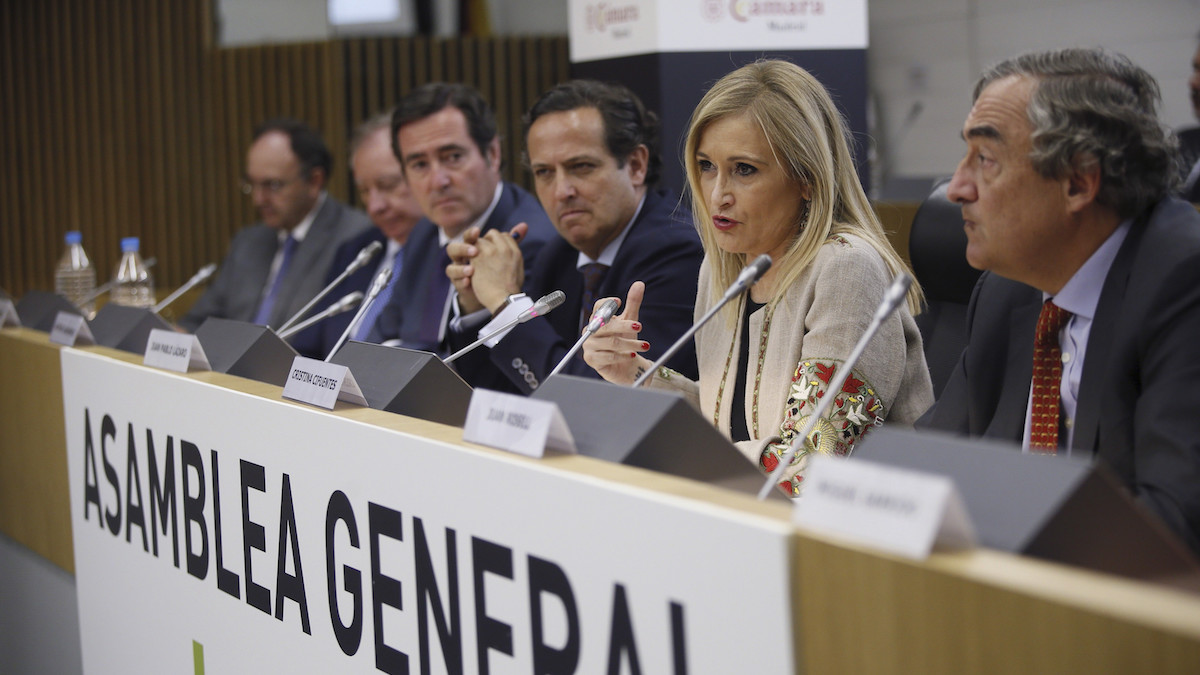 a presidenta de la CAM, Cristina Cifuentes (2d), durante su intervención en la clausura de la asamblea general anual de la patronal madrileña CEIM. A su lado, los presidentes de CEIM, Juan Pablo Lázaro (4i), y CEOE, Juan Rosell (d). (Foto: EFE)