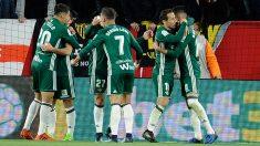 Los-jugadores-del-Betis-celebran-la-victoria-ante-el-Sevilla-en-Liga-(AFP)