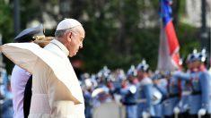 El Papa Francisco recibido a su llegada a Santiago de Chile. (AFP)