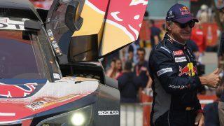 Carlos Sainz saluda a los fans en el rally Dakar. (AFP)