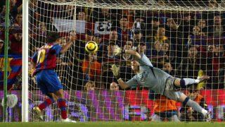 Ronaldinho lanza un penalti a Casillas en un Clásico.
