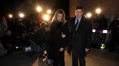 Los padres de Diana Quer entrando en el funeral. (Foto: EFE)