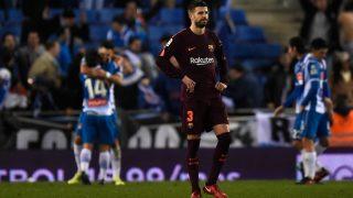 Piqué, cabizbajo mientras los jugadores del Espanyol celebran el gol de la victoria. (Getty Images)