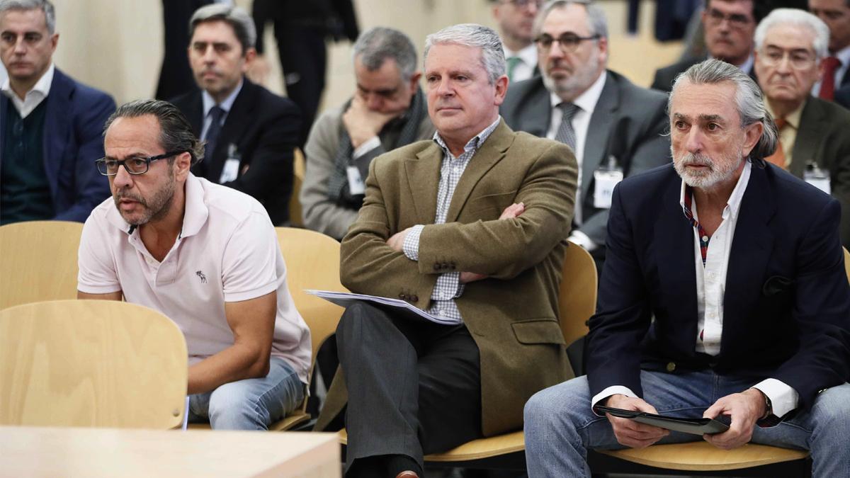 Álvaro Pérez 'El Bigotes' (delante de Vicente Rambla), Pablo Crespo y Francisco Correa en el banquillo de los acusados del juicio por el caso Gürtel. (Foto: EFE) | Sentencia Gürtel