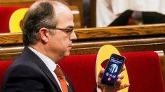 Jordi Turull habla por teléfono con Carles Puigdemont. (Foto: EFE)
