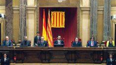 El nuevo presidente del Parlament, Roger Torrent (c), junto a los dos vicepresidentes Josep Costa (i), y José María Espejo-Saavedra (d). (Foto: EFE)