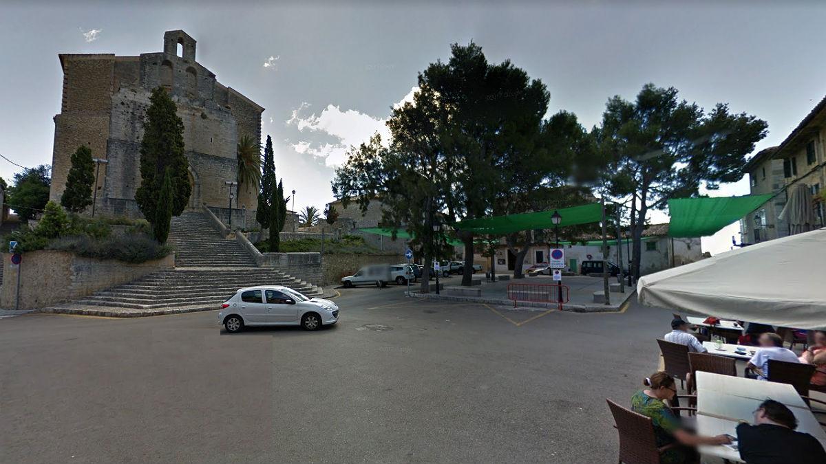 Plaza de la Iglesia de Selva (Mallorca), donde se produjeron presuntamente los hechos.
