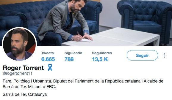 Así arrinconan la bandera de España en el Parlament: la pliegan para que sólo se vea el amarillo