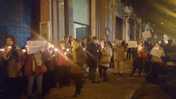 """Vecinos de Madrid se hartan y se manifiestan con velas por una mejora de las farolas: """"Carmena no ilumina"""""""